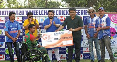 Utsab Mukerjee felicitating Md Shafiqul of Team Bangladesh